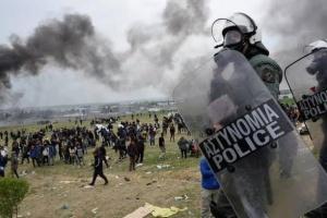 وقوع اشتباكات بين مهاجرين قادمين من تركيا والشرطة اليونانية