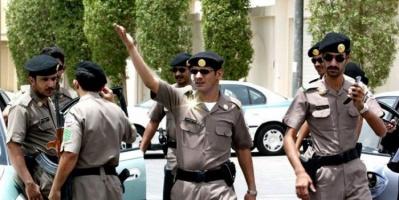 شاهد.. شاب يقتحم مطعمًا شهيرًا في الرياض.. والأمن يتدخل