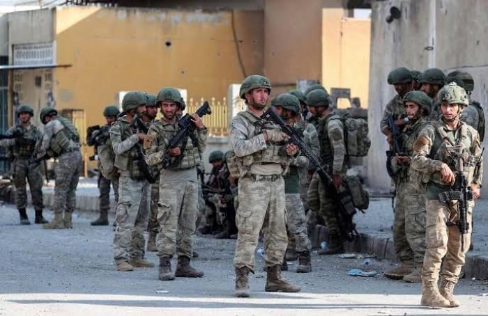 إصابة عشرات الجنود الأتراك في قصف سوري بإدلب