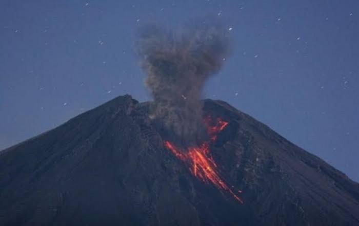 """شاهد.. انفجار بركان """"ميرابي"""" بإندونيسيا"""
