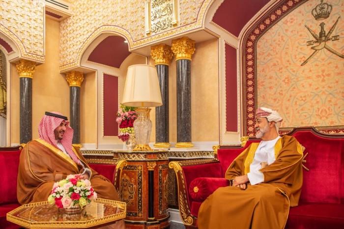 الأمير خالد بن سلمان يلتقي سلطان عمُان خلال زيارته لمسقط