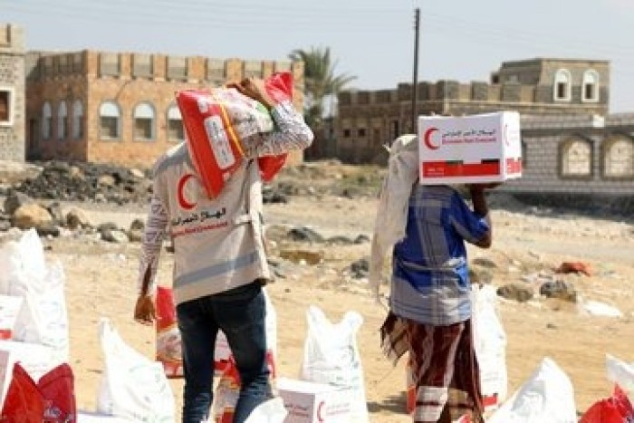 الهلال الإماراتي يوزع 9 أطنان من المساعدات الغذائية في مديرية الريدة وقصيعر (صور)