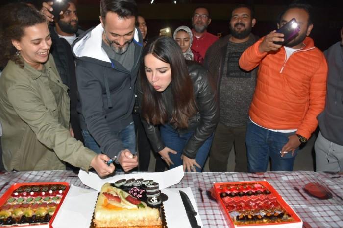 """يوسف الشريف وفريق عمل """"النهاية"""" يحتفلون بعيد ميلاد إنجي علاء"""