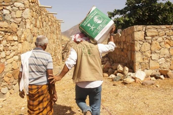 مركز الملك سلمان يوزع مئات السلال الغذائية بسقطرى