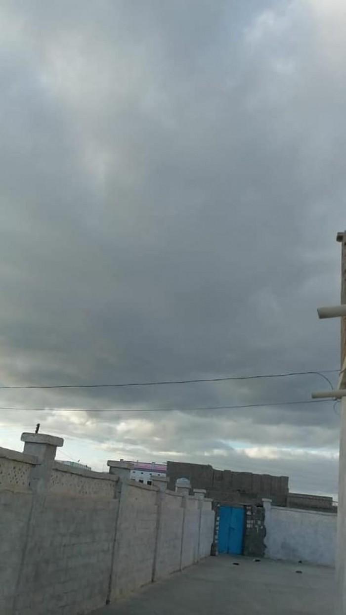 أجواء غائمة بمدينة حصوين في المهرة (صور)