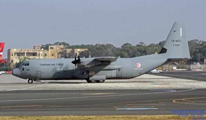 بطائرات عسكرية.. تونس تجلي رعاياها في الخارج