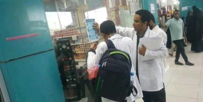 طلاب جامعة عدن يحاربون كورونا بالتوعية في المديريات (صور)