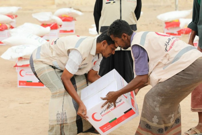 الإمارات تؤمن الاحتياجات الغذائية لأهالي غيل الحالكة (صور)