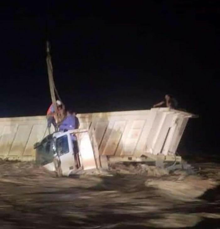 السيول تجرف قاطرة في ساحل حضرموت (صور)