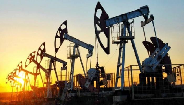 النفط يتراجع بنحو 3.5 % والبرميل يتداول عند 26.2 دولار