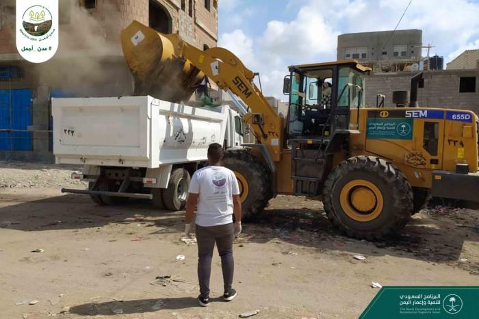 """""""عدن أجمل"""" تستهدف شوارع مديرية الشيخ عثمان"""