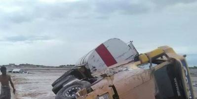 انتشال جثة سائق قاطرة غرق في سيول شبوة