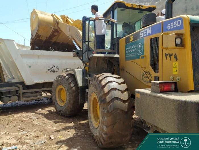 """""""البرنامج السعودي"""" يواصل إزالة آثار السيول في عدن"""