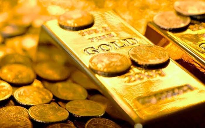 مخاوف كورونا تهبط بالذهب مع إقبال المستثمرين على السيولة