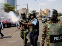 الشرطة الكينية تطلق الغاز المسيل للدموع لفرض حظر التجول