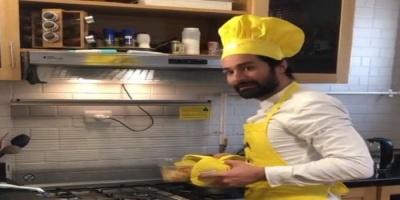 """بـ """"مريلة المطبخ"""".. أحمد حاتم يطبخ في العزل المنزلي (فيديو)"""