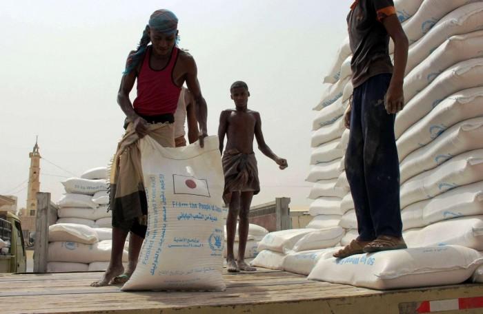 أغذية أتلفها الإرهاب الحوثي.. وجهٌ آخر لنهب المساعدات ومضاعفة الأعباء