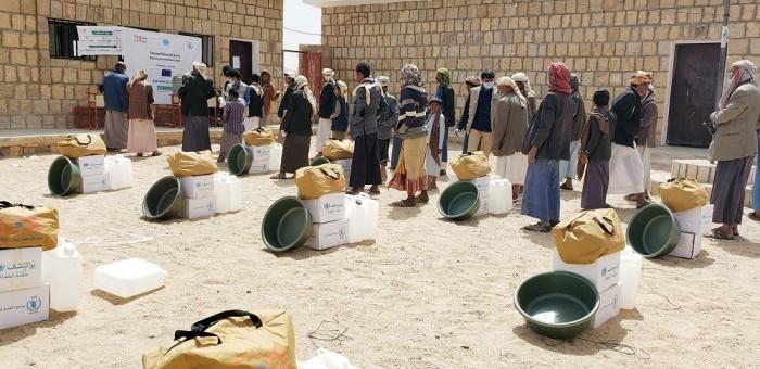 للوقاية من كورونا.. تطبيق التباعد الاجتماعي في توزيع المساعدات