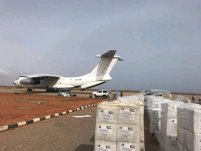 استجابة للمناشدات.. طائرة إغاثية إماراتية تتجه إلى سقطرى