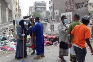 """""""النظافة الشاملة"""" ترفع أكوام القمامة من شورع عدن (صور)"""