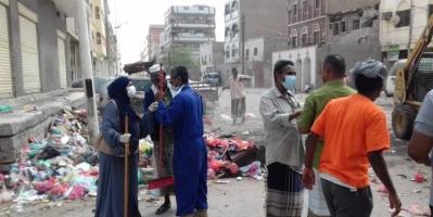 """""""النظافة الشاملة"""" ترفع أكوام القمامة من شوارع عدن (صور)"""