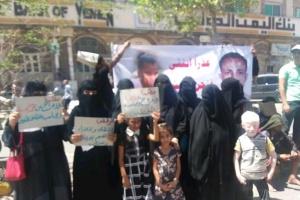 بعد اختطافه وتعذيبه.. أسرة المقطري تحتج أمام مقر محافظ تعز (صور)