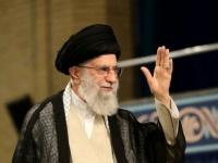 شاهد.. صحفي يُقارن بين قبر خامنئي وطفل مُشرد في شوارع طهران