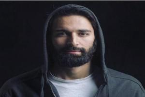أحمد حاتم يتحدى اللاعب رامي عاشور في لعبة الإسكواش (فيديو)