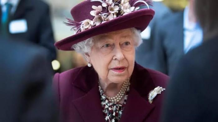 أول تعليق للملكة إليزابيث حول إصابة جونسون بكورونا
