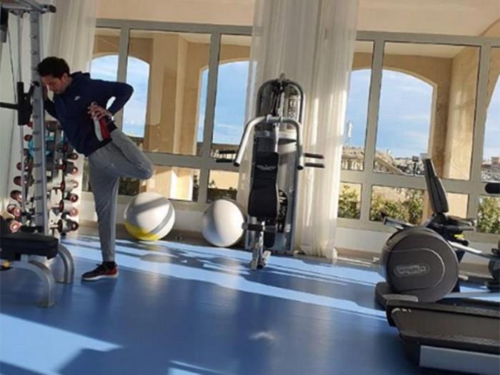 أحمد الفيشاوي يمارس الرياضة من داخل العزل المنزلي