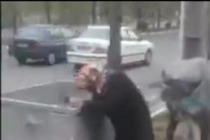 شاهد..سيدة إيرانية تبحث عن طعام في صندوق قمامة