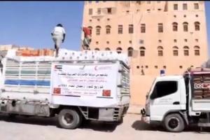 """بالفيديو.. """"الهلال الإماراتي"""" يوزع 17 طن تمور في عتق"""