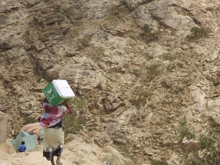 """975 نازحا يتلقون أغذية من """"سلمان للإغاثة"""" بصعدة"""