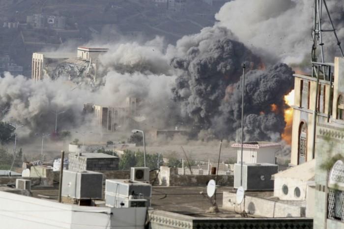 قصف غاشم على مخيمات النازحين.. كيف ردّ الحوثيون على هدنة التحالف؟