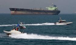 أمريكا تحذر إيران بعد اقتراب زوارق لها من سفنها الحربية
