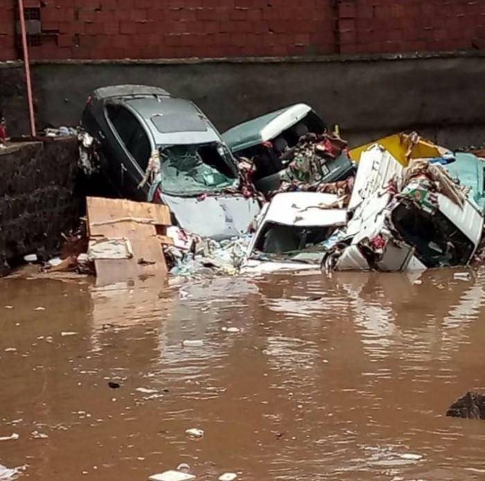 السيول تحاصر الأهالي وتطمر السيارات وتضرب المرافق