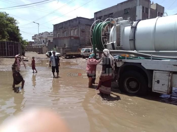 إغاثة الانتقالي ترفع تجمعات مياه الأمطار بجعار (صور)