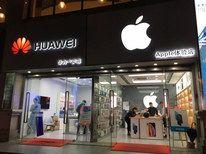 """صراع """"صيني أمريكي"""" على سوق الهواتف الذكية بالصين"""
