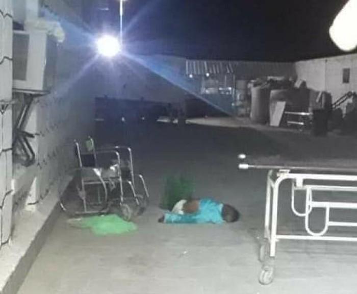 بعد طرده.. وفاة مسن في حرم مستشفى عتق العام (صور)