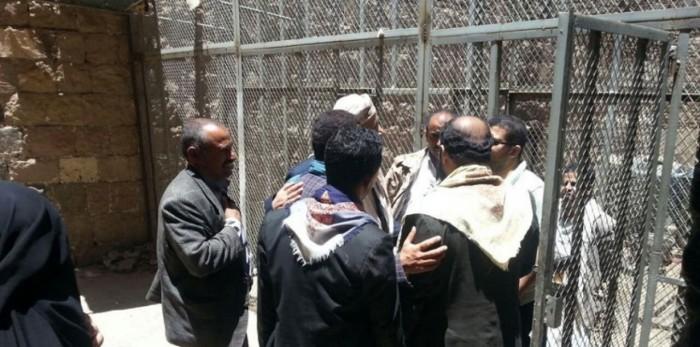 سجون الحوثي.. تعذيبٌ للأجساد ونهبٌ للوجبات