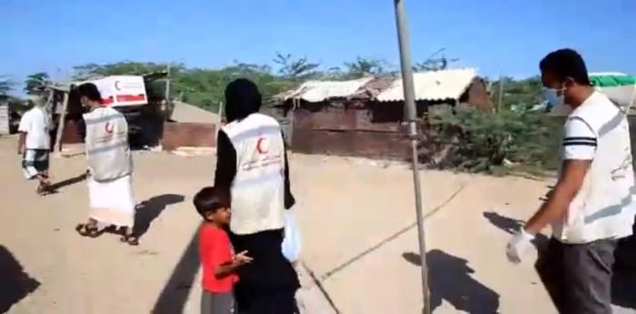 """بالفيديو.. 1000 سلة غذائية من """"الإمارات"""" لأهالي غيل باوزير"""