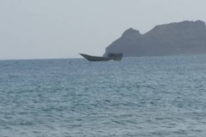 لدى وصوله من جيبوتي.. لواء باب المندب يضبط قارب تهريب