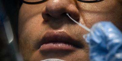 بريطانيا تضيف فقد حاستي الشم والتذوق ضمن أعراض الإصابة بكورونا