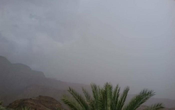 أمطار على وادي حجر وسحب ركامية بسماء دوعن
