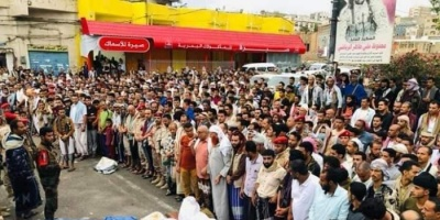 بالصور.. سلطات الإخوان في تعز تخرق قيود كورونا لتشييع جنديين