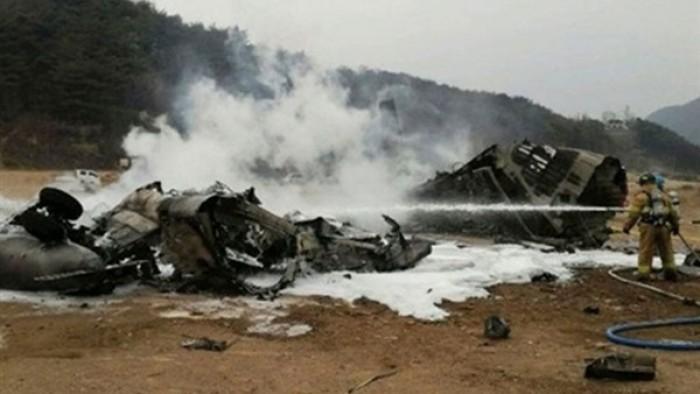 تحطم طائرة باكستانية على متنها 91 شخصا في مطار كراتشي