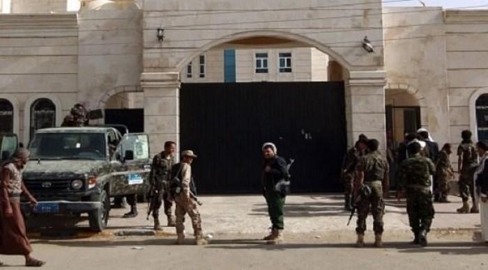 """الصحفيون في سجون الحوثي.. """"أقلامٌ"""" تقصف المليشيات حريتها"""