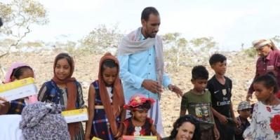 """بعيد الفطر.. """"خليفة الإنسانية"""" توزع هدايا على أطفال سقطرى (صور)"""
