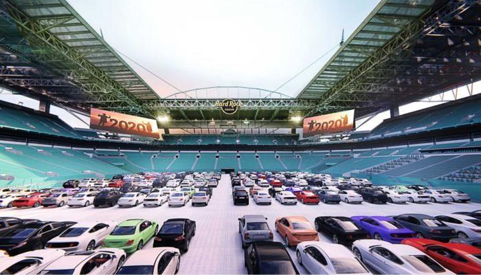 بالتفاصيل..ملعب كرة قدم أمريكي يتحول إلى أكبر ساحة لسينما السيارات