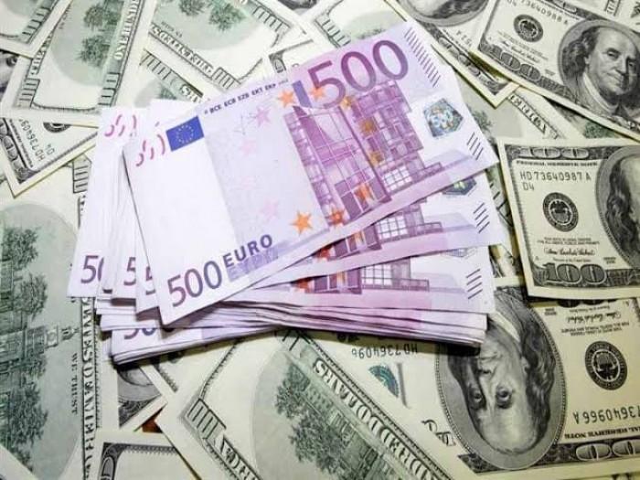 الدولار واليورو قرب أعلى مستوى في 11 شهر